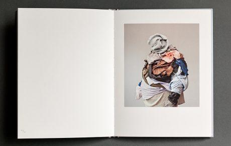 Vuoden valokuvataidekirja -palkinto jaettiin ensimmäistä kertaa – voittajateoksessa käsitellään syömishäiriöitä valokuvataiteen keinoin