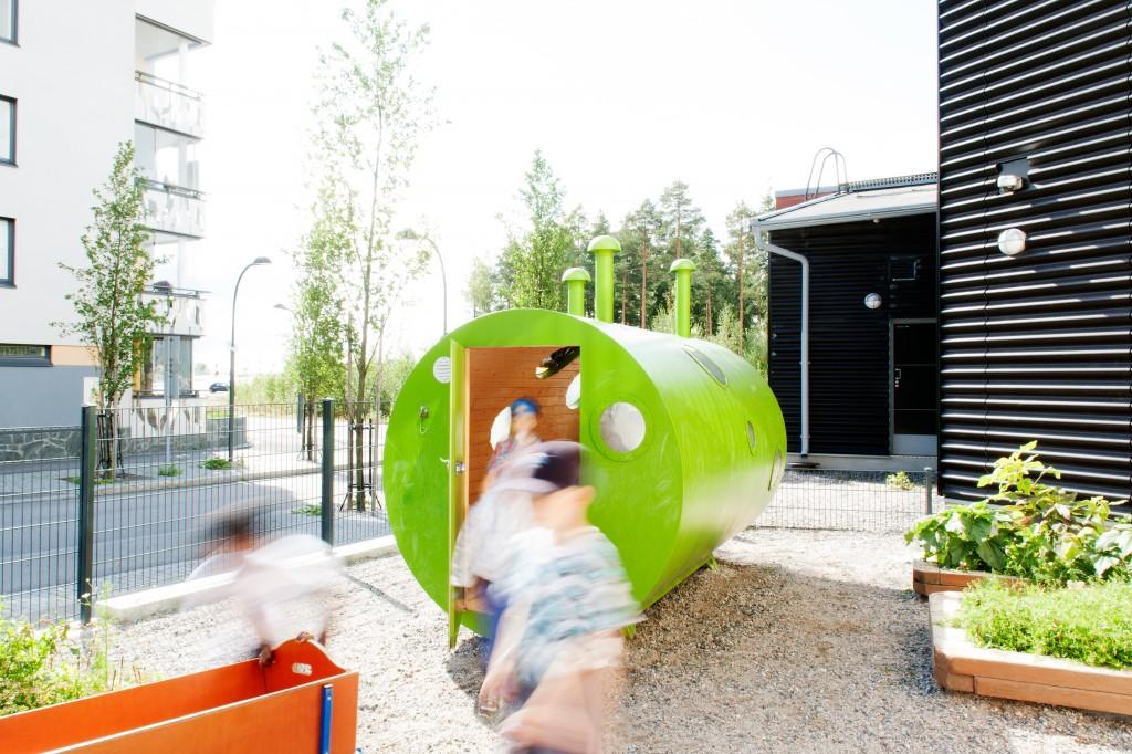 Anni Laakson Puunhaltijankolo on keskellä päiväkotilasten arkea Vantaan Leinelässä. Leinelässä taiteesta on laadittu yleissuunnitelma.