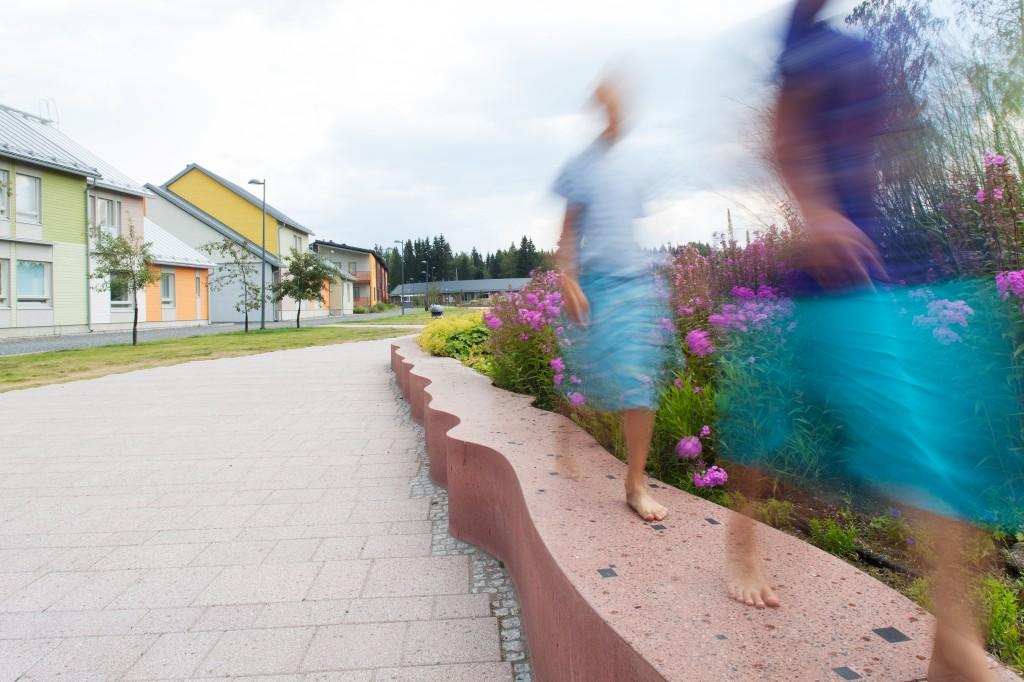 Kuvanveistäjä Pertti Kukkosen 200 metriä pitkä veistosmuuri on Tampereen Vuoreksen kaupunginosassa. Asuntomessualue Vuorekseen on laadittu taidekaava.