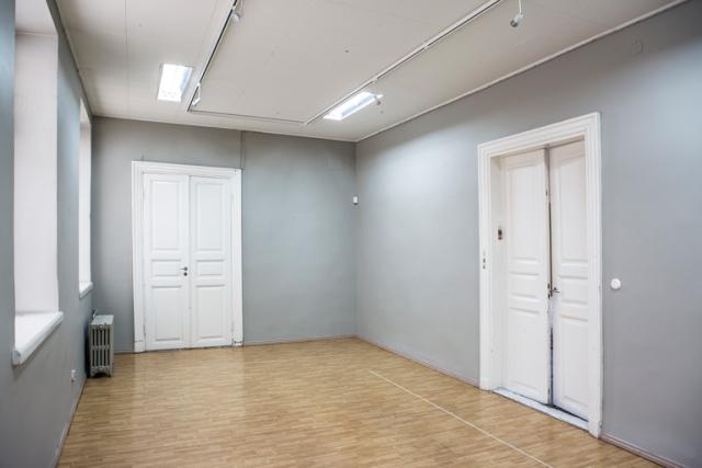 Galleria Lapinlahdessa on neljä huonetta. Osa tiloista on jätetty tarkoituksella