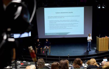 Työryhmä esittää valtion taiteilija-apurahojen muuttamista palkoiksi – uudistuslistalla myös VOS-rahoituskriteerit
