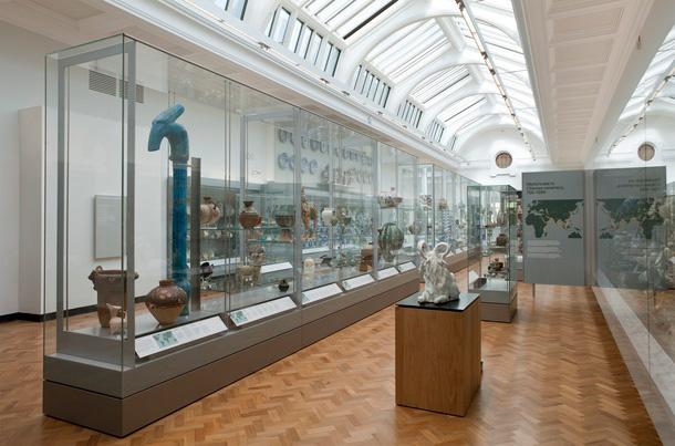 Osa Lontoon Victoria & Albert -museon keramiikkakokoelmaa. Kuva: V&A.