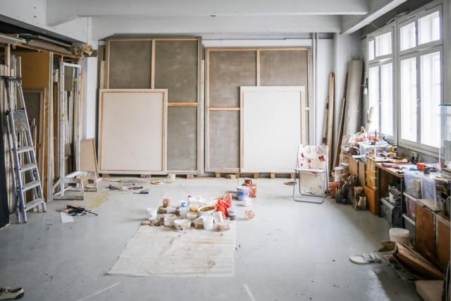 Aamupäivä on Nea Lindgrénin aikaa Helena Åström -ateljeessa. Hän maalaa parhaillaan teoksia tm-gallerian näyttelyyn, joka avautuu marraskuussa.