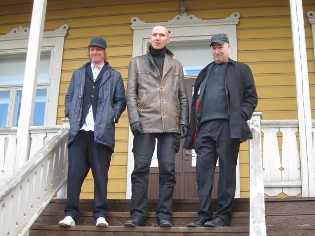 Vaalimaan taidekilpailuun kutsutut Jonas Dahlberg, Kimmo Schroderus ja William Dennisuk kilpailun avaustapahtumassa. Kuva: Matti Koistinen.