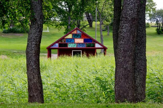 Sam Falls, Untitled (Boat House), 2015. Paikkasidonnainen teos Pernajan Sarvisalossa. Kuva David Bebber.