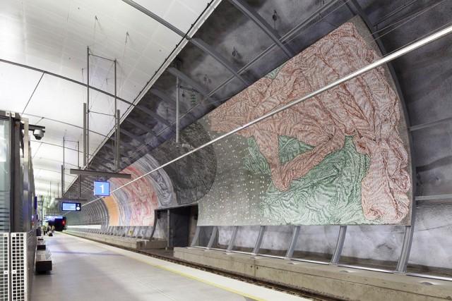 Helman heilahdus on taiteilija Aarne Jämsän tekemä kaksiosainen panoraamateos Helsinki-Vantaan juna-aseman laiturialueella. Kuva: Jussi Tiainen.