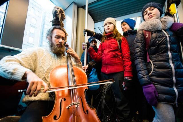 Juho Kanervo ja Brahenpuiston koulun oppilaita IHME-teoksen testiajossa. Kuva/Veikko Somerpuro