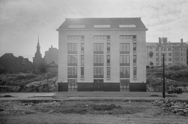 Arkkitehti Gösta Juslénin suunnittelema Lallukan taiteilijakoti valmistui  vuonna 1933 Helsingin Etu-Töölöön Apollon kalliolle. Kuva: Pietinen / Museovirasto.