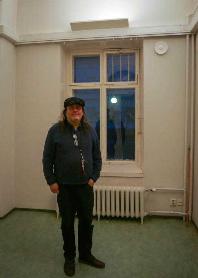 Teemu Lehto Lapinlahden sairaalassa. Entiset potilashuoneet muuttuvat tammikuussa työtiloiksi.