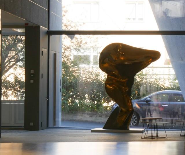 Laila Pullisen veistos OP Ryhmän pääkonttorissa on yksi hänen lukuisista julkisista ja yrityksille tehdyistä teoksistaan.
