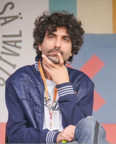 Palestiinalainen muusikko Jowan Safadi kertoi turvaresidenssikokomuksestaan Maailma kylässä -festivaalilla.