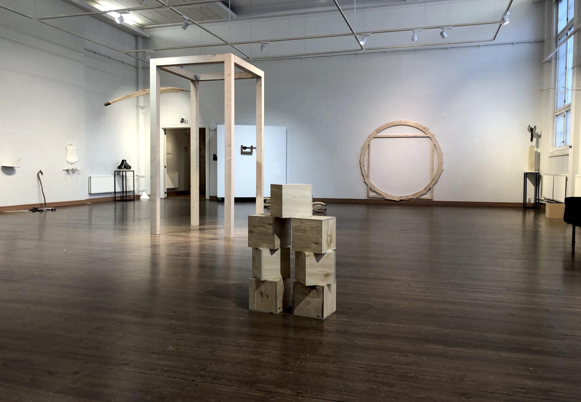 Kuvassa näkyy väljä galleriatila, teoksia ympäri huonetta