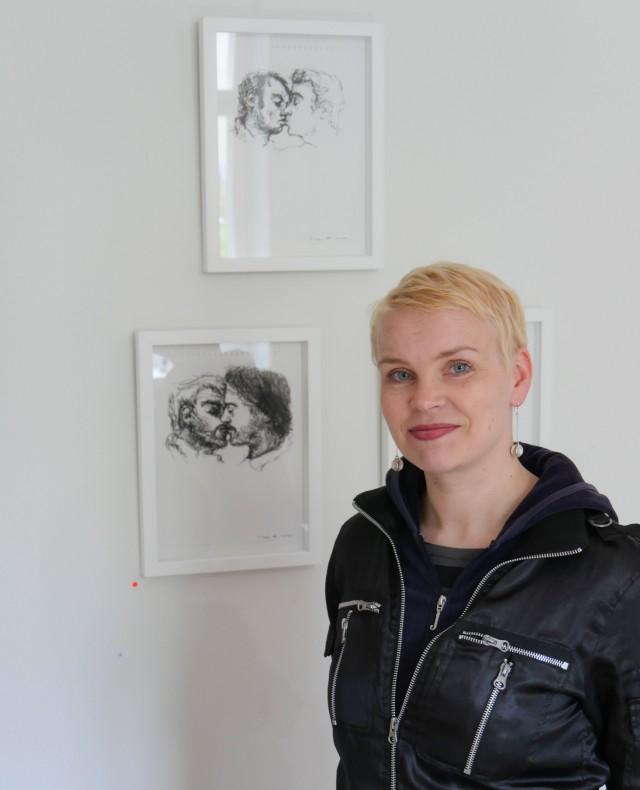 Kuvataiteilija Vappu Rossi ARTag-galleriassa. Taustalla Kissin' in the Boys Room I-III.