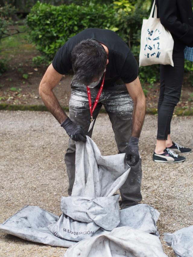 Enää pari päivää avajaisiin. Luca Piazza kokoaa hiilipusseja, joiden sisältö on juuri tyhjennetty Aalto-paviljonkiin. Kuva: Laura Boxberg