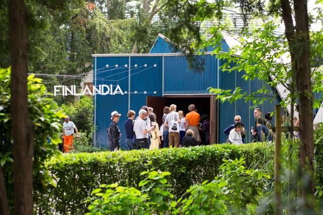 Suomen paviljongilla on biennaalin avajaispäivinä koko ajan jonoa. Kuva: Katja Lösönen