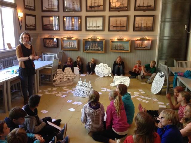 Yhteisötaiteilija Bethany Mitchell (UK) työskenteli Pyynpään koulun ja Rauman freinetkoulun (kuvassa) oppilaiden kanssa ja toteutti laajan Matkalla Itämerellä -projektin, jossa he työskentelivät mm. Rauman merimuseolla. RaumArsin taiteilijavierasohjelman ansiosta Raumalla on totuttu näkemään kansainvälisiä taiteilijoita. Residenssiin voivat hakea myös suomalaiset taiteen tekijät.