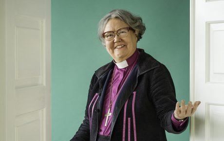 """Brotherus toteutti piispan muotokuvan – Piispa Askola: """"Tuntui tärkeältä, että tekijäksi valikoitui nainen"""""""