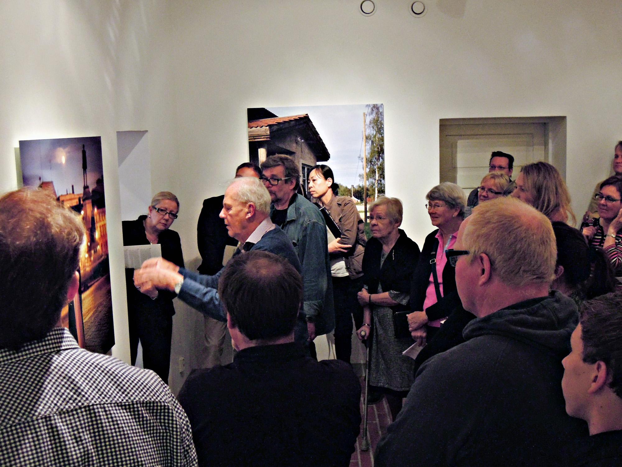Akateemikko Caj Bremer esittelee näyttelyään. Bermerin retrospektiivisessä näyttelyssä vieraili  12.000 henkilöä viiden viikon aikana.'  Kuva on Oulun taiteiden yöstä viime elokuussa 23.8.2012.