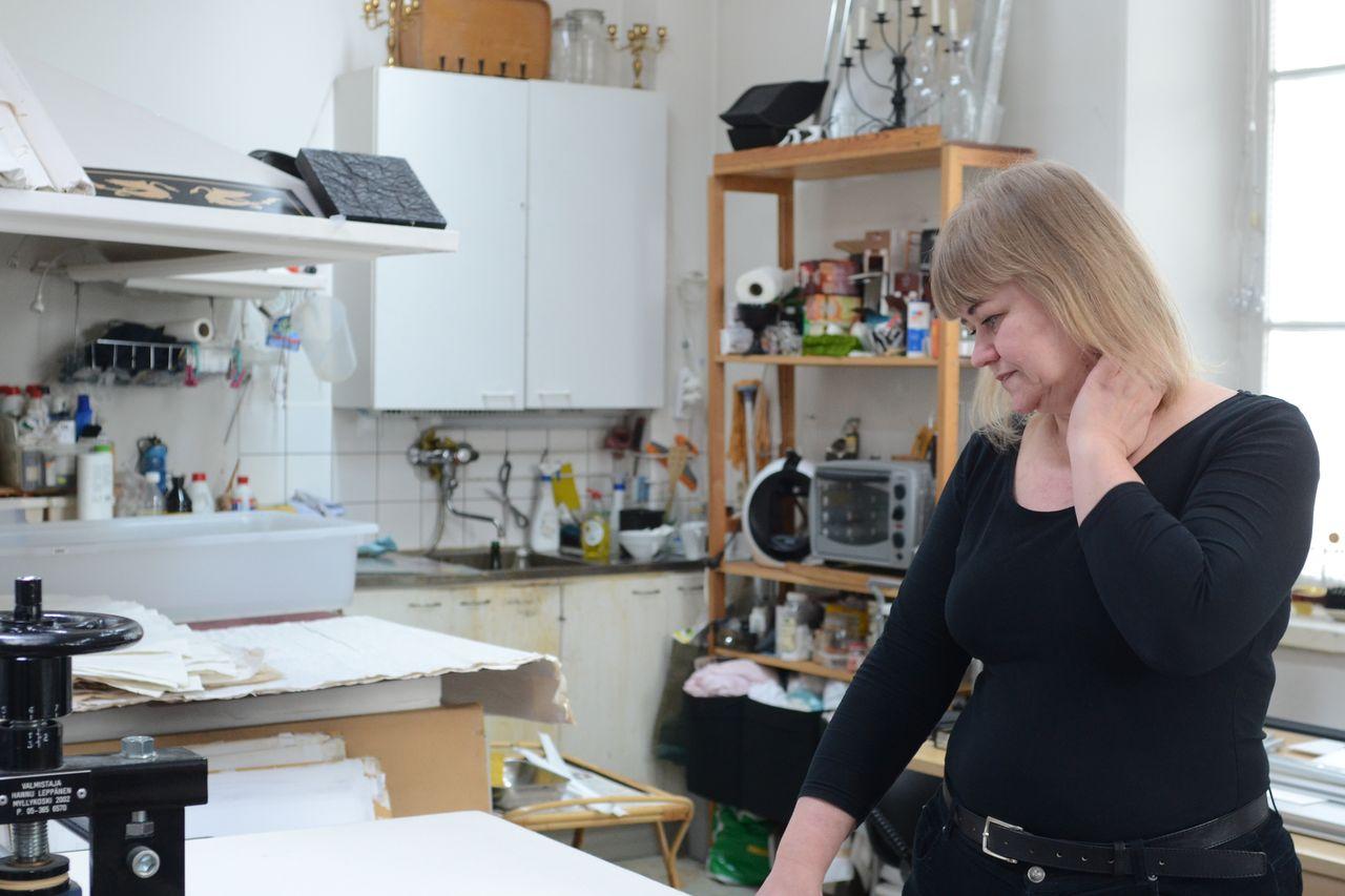 Susanna Suikkarin työhuone sijaitsee Espoon idyllisessä Karhusaaressa